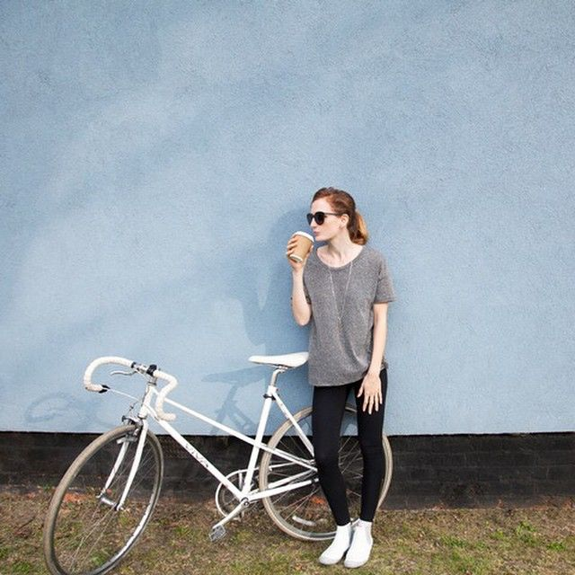 It's that chilled kinda Friday feeling   #cyclestyle #urbancycling #basics #hackneystcloud #traceyneuls #bikeshoes