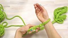 Come fare una bellissima sciarpa a mano (in tutti i sensi) in meno di 30 minuti