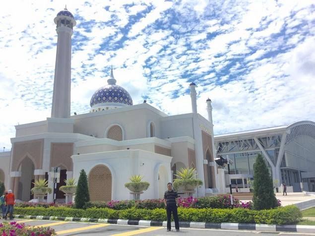 Sultan Brunei & Surau Megah di Tengah Bandara  Pernahkan Anda mendapati masjid besar dan megah di dalam kompleks bandara? Atau malah menganggapnya aneh? Masjid kok di bandara! Jika belum maka datanglah ke Brunei Darussalam. Keluar dari ruang tunggu bandara -sebelum ke tempat parkir- Anda akan disambut oleh bangunan cantik berkubah biru seperti yang ada di belakang kami ini. Surau ini dibangun dengan menghabiskan biaya sekitar 32 miliar rupiah. Ups tapi jangan salah mesti bangunan itu besar…