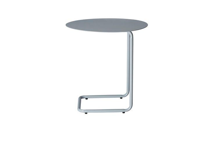 Kenyon Yeh har med Mera skapt et smart sidebord i lakkkert stål. Bordet kan lett flyttes og skyves inn over de fleste sofaer. Så blir Mera et praktisk sted å stille kaffekoppen og den bærbare datamaskinen.