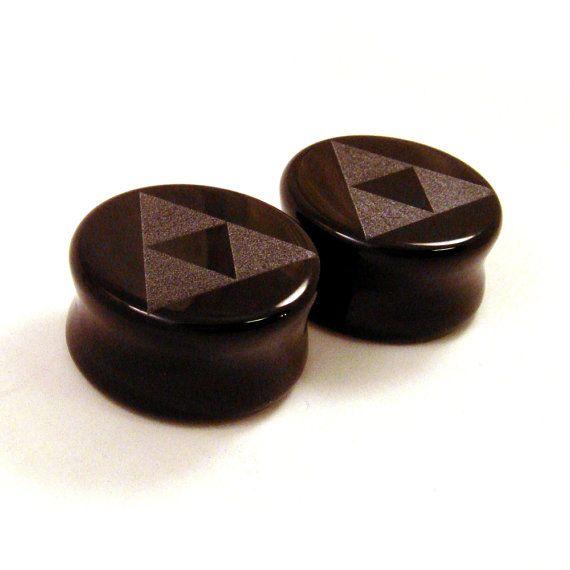 Conception de tri Force sur les bougies verre évasé Double noir Opaque  Gravée à la commande dans les tailles suivantes : 3/4 po (19mm) 7/8 po (22mm) 1(25mm) Saisissez un des formats affichés, il suffit de laisser une note lorsque vous passez commande.  Également disponible en autres tailles *** 0g (8mm) - 00g (10mm) - 7/16 (11mm) - 1/2 po (13mm) - 9/16 po (14mm) - 5/8 po (16mm) et 1 1/8 po (28mm) - (30mm) - 1 1/4 po (32mm) sont disponibles ici : www.etsy.com/listing/110787696…