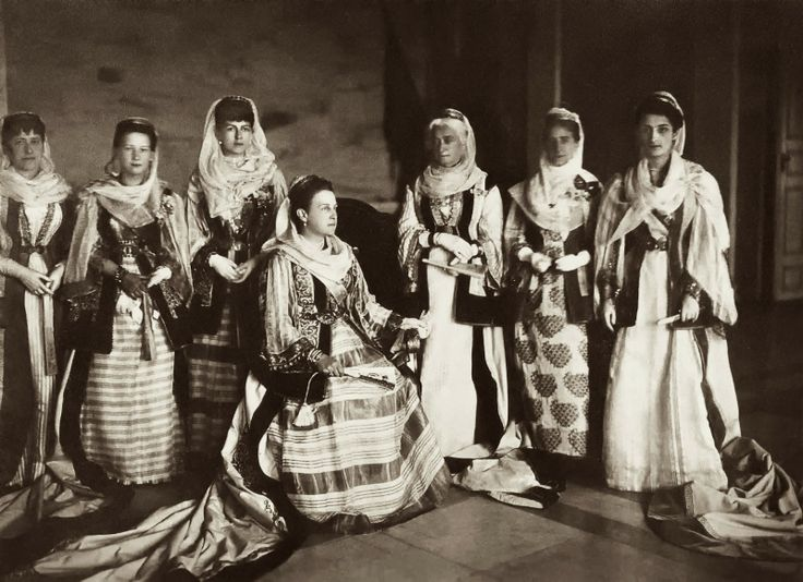 Η ΄βασίλισσα Όλγα με τη κυρίες επί των τιμών της αυλής της, 1885. Φωτογράφος Carl Boehringer.