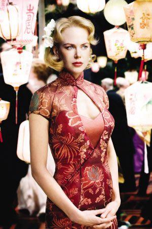La robe traditionnelle chinoise rouge avec des motifs floraux complexes et une touche de mode occidentale.