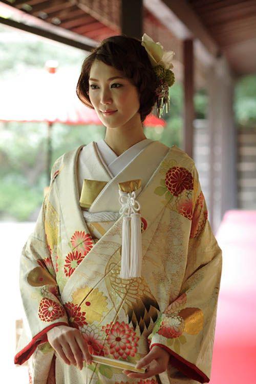 衣装全体に絵画を描くように模様をあしらった打掛。刺繍や絞りのほか摺箔、縫箔で仕立てます。 Uchikake to treat the pattern so as to draw the painting in the entire costume.