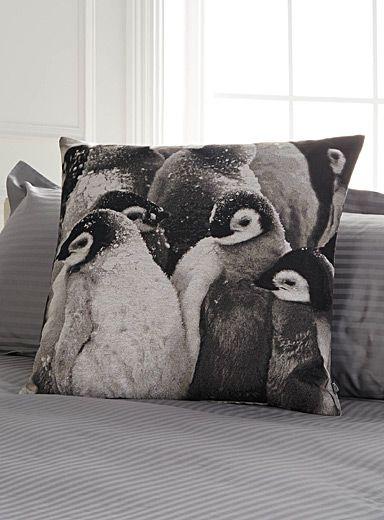Exclusivité Simons Maison     Un motif nordique vedette de la saison totalement charmant avec ses jolis petits pingouins tissés en tons de noir et blanc.    Tissage effet tapisserie   Motif recto-verso   Déhoussable et lavable avec fermoir zip invisible en bordure   60x60 cm