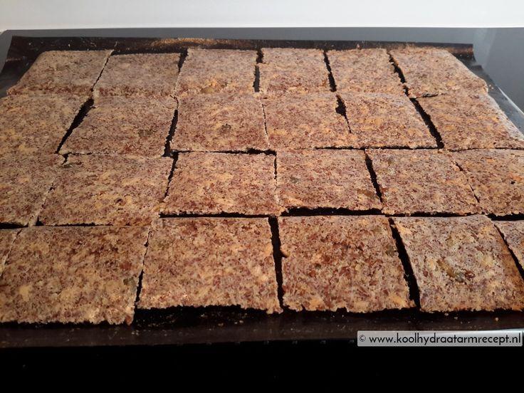 pitten lijnzaad crackers Koolhydraten: 0,7 gr. khd per stuk (20 stuks uit recept) Ingrediënten  - 70 gram pompoenpitten 1,9 khd - 70 gram zonnebloempitten 7,3 khd - 70 gram lijnzaad 3,7 khd - 20 gram amandelmeel 1,3 khd - 1 gram zout = flinke snuf - water