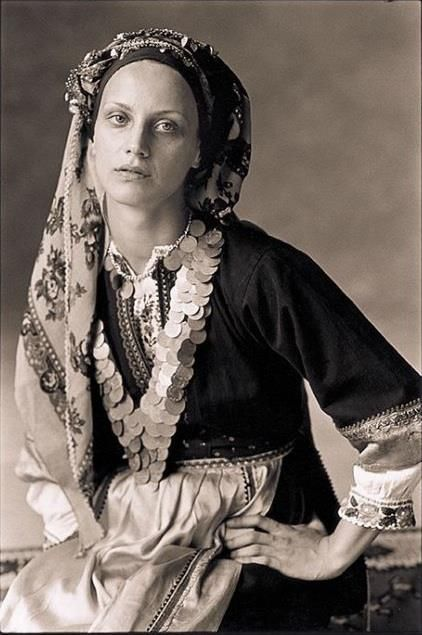 ΟΛΥΜΠΟΣ ΚΑΡΠΑΘΟΥ Οι φωτογραφίες είναι από το λεύκωμα που κυκλοφόρησε το 2004 η Καλλιόπη με τίτλο »Παραδοσιακές Φορεσιές». Τα »μοντέλα» είχαν ντυθεί με παραδοσιακές φορεσιές απ' όλη τη χώρα. Οι περισσότερες είναι … μουσειακά κομμάτια από την πολιτιστική κληρονομιά του Λυκείου των Ελληνίδων.