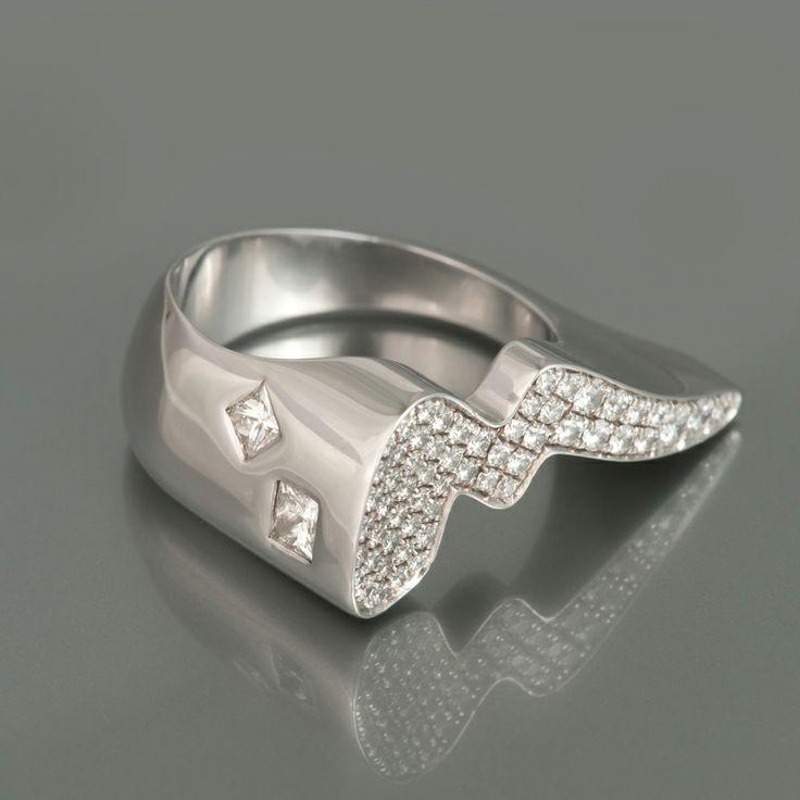 Ring 'Our Second Princess', witgoud bezet met prinses- en briljantgeslepen diamanten.
