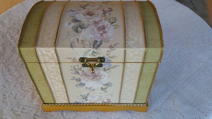 Bau dourado , verde e branco com detalhe floral . www.elo7.com.br/esterartes
