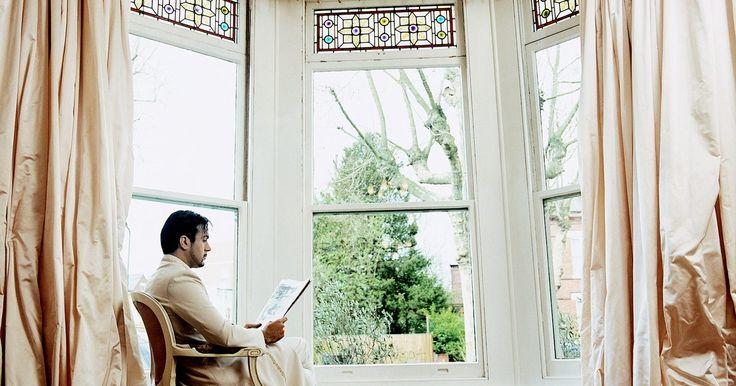 ¿Colgar las cortinas al nivel del techo hace que una habitación luzca más grande?. Los decoradores a menudo recomiendan colgar las cortinas tan cerca del techo como sea posible, incluso si las ventanas están a uno o dos pies (30 a 60 cm) del techo. La sabiduría convencional detrás de este consejo es que el largo de la cortina de tela alarga la apariencia de las paredes y engaña al ojo al creer que las ventanas son más grandes de ...
