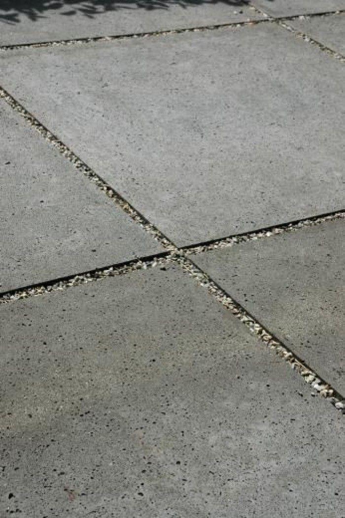 grind tussen beton tegels
