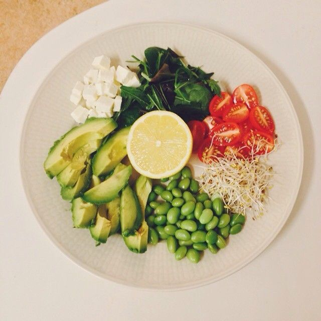 """""""Sallad med plommontomater, groddar, sojabönor, avokado, fetaost, blandade salladsblad och citron . #dinner#vegetarian#vego#healthy#salad#green#avocado#tomatoes#soybeans#lemon#fetacheese#sprouts#sallad#hälsosamt#nyttigt#vegetariskt#middag#lunch#recept#food#mat#matblogg#foodblog#blog#inspo#sojabönor#tomat#groddar#fetaost#citron"""" Photo taken by @everythinggreenblog on Instagram"""