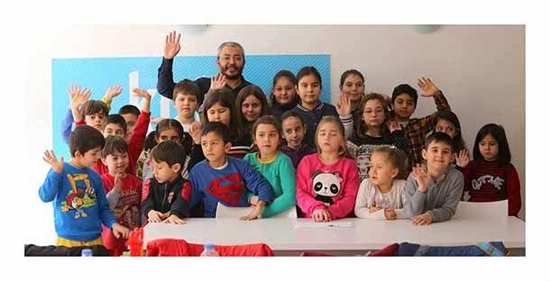 """Karabağlar Belediyesi Kent Tasarım Atölyesi'nde (KETA) gerçekleştirilen """"Sinema ve Çocuk"""" konulu atölye çalışmasına katılan yönetmen Alper Akdeniz, çocuklara sinemanın inceliklerini anlattı.   Son dönemde başarılı kısa film çalışmaları ile adından sıkça söz ettiren genç yönetmen, tiyatro oyuncusu ve yazar Alper Akdeniz, Karabağlar Belediyesi Kent Tasarım Atölyesi'nde (KETA) """"Sinema ve Çocuk"""" konulu atölye çalışması gerçekleştirdi.  Dünya sinemasında çocuk oyunculardan örnekler ..."""