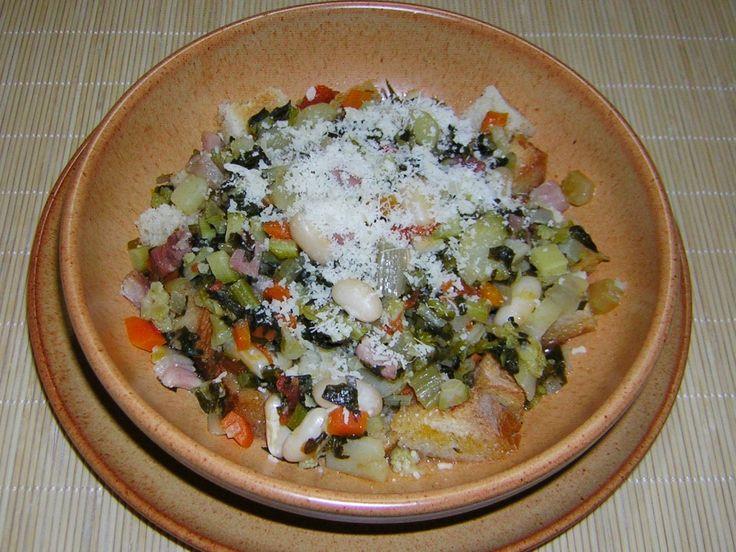 La ribollita è una zuppa di verdure di origine toscana particolarmente buona. Io ho avuto il piacere di assaggiare questo piatto per la prima volta a casa di amici fiorentini qualche anno fa e da allora la cucino con questa ricetta.