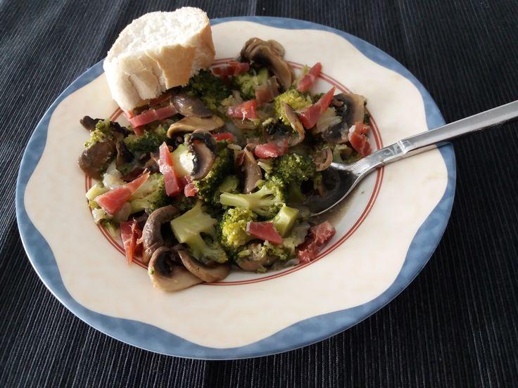champiñones con brócoli y jamón