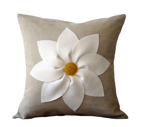 Flores blancas y amarillas funda de almohada por JillianReneDecor