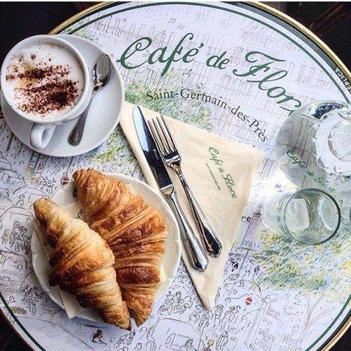 Café de Flore, croissant et petit déjeuner in Paris.