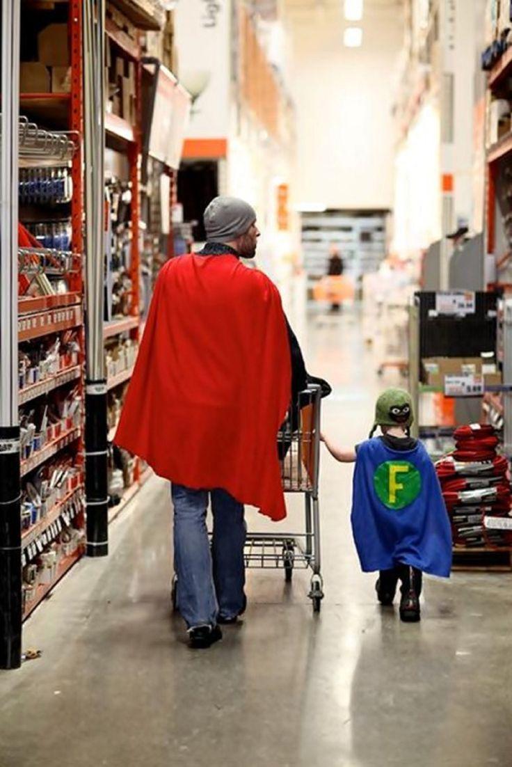 padre e hijo vestidos de súper héroe