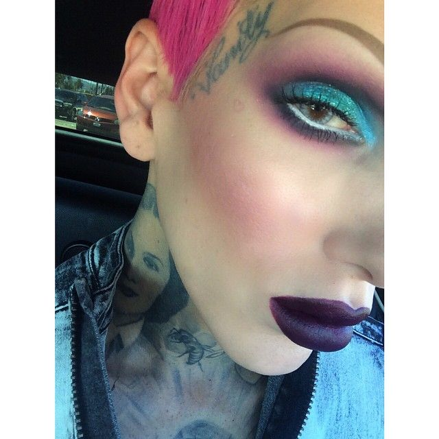 Jeffree Star Using All Sugarpill Eyeshadows With Mac Glitter On Top That Amazing Plum Lip Is From His New Makeup Line Cosmetics