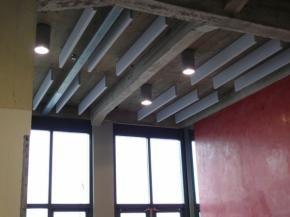 Product NBD - Merford Airrow Baffles, verminderen galm, ook bij betonkernactivering. Airrow baffles zijn geluidsabsorberende rechthoekige of ellipsvormige elementen gemaakt van Flamex brandveilig melamineschuim.  lichtgewicht.