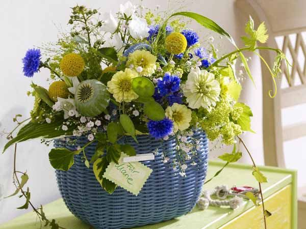 Floral centerpiece ideas and flower arrangements in yellow