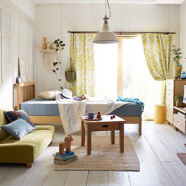 この時期一人暮らしを始める方へのおすすめコーディネート。  窓辺にベッドを配置すれば、柔らかな自然光でスッキリな目覚めに。 落ち着いたナチュラルカラーにブルーやグリーンわ差し色にすれば爽やか北欧ルームの完成です!
