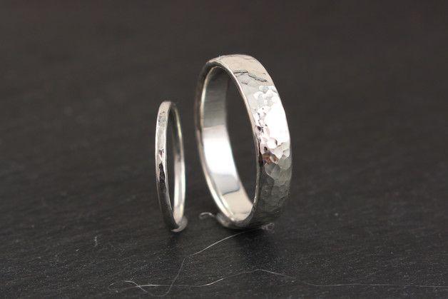 Eheringe - schlichte gehämmerte Eheringe Silber schmal breit - ein Designerstück von Ina-Stehle bei DaWanda