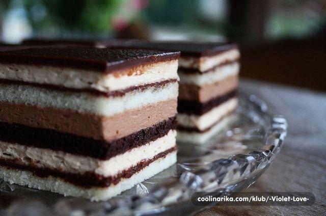 Kolač koji iziskuje svu vašu pažnju i nježnost. Nije kompliciran – ustvari ne znam koji je meni kolač kompliciran pa ocjenjujem totalno subjektivno.  Imala sam bazni recept za Bronhi koji se radi ili kao torta promjera 26cm ili kao kocke 20×30cm. Sa par fini mini violetnih trikova (:lol:) razvukla sam ga na izdašan kolač iz kalupa 34×34cm. Vjerujte, uživat ćete u ovoj dekadentnoj i nježnoj