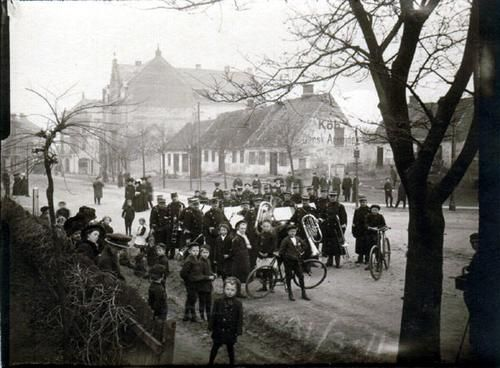 Regimentsmusikere på Sct. Mathias Gade, ca. 1911. I baggrunden til venstre ses Mathiasport med Dumpen til højre og Gravene til venstre.