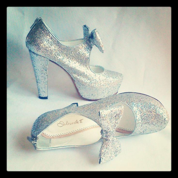 Mod MELANY Zapatos cerrados glitter plata con elástico y cierre en el talón, plataforma escondida, moño desmontable. #zapatos #shoes #15años #diseño #nightshoes #highheels