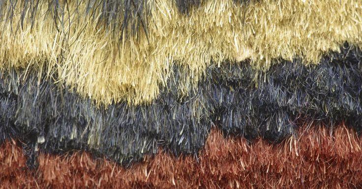 Como arrumar um tapete de lã acrílica que está se soltando. Um tapete de lã acrílica pode dar um ar de boas vindas em qualquer ambiente de sua casa ou escritório. Em adição a ficar bonito, a lã tem propriedades benéficas de purificação de ar. No entanto, pelas fibras de lã porosas terem uma inclinação a se romperem, tapetes de lã acrílica são sinônimos de pedaços despregados. Se você tem um tapete de lã ...