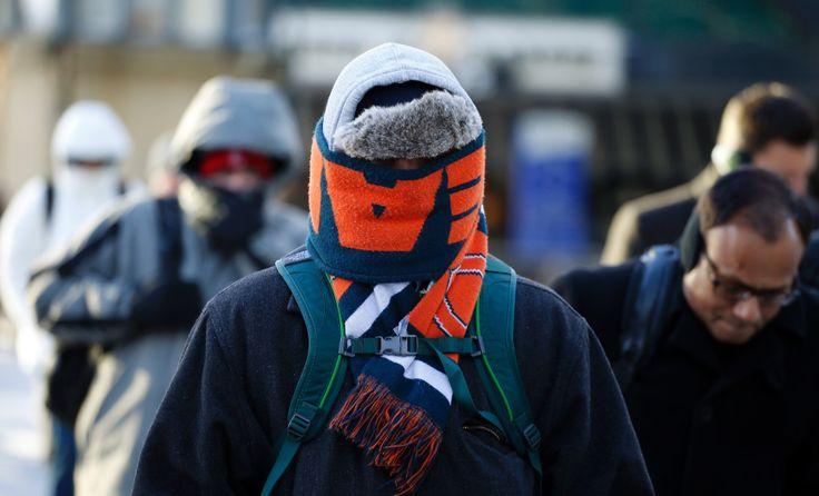 Warga berpakaian baju hangat untuk menutup seluruh tubuh saat suhu udara beku melanda kota Chicago, Illinois. (28 Januari 2014)