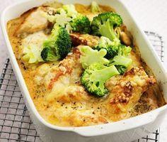 Gratinerad kyckling i ugn, en väldigt enkel rätt att tillaga och med ingredienser som bidrar till en härlig kombination av smaker. Kycklingbitarna täcks av en gräddig sås med chili, oregano, salt och peppar. Där rikligt med ost strös över innan gratängen avslutas i ugnen. Servera detta med ris och knaprig broccoli.