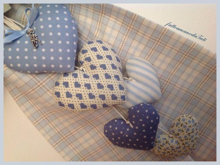 Fiocco di benvenuto per la nascita di un bimbo in cotone a quadri scozzesi sui toni dell'azzurro e beige, decorato con una rosa di cotone azzurro a pois, foglioline di feltro bianco e una cascata d...