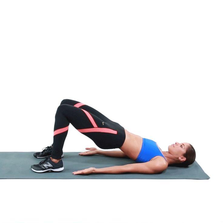 1. Acuéstate de espalda en el mat con las rodillas dobladas. Levanta las caderas, y recuerda que esta es la posición que deberás mantener.  2. Con la rodilla derecha doblada, levanta el pie derecho del piso manteniendo las caderas fijas. Vuelve a bajar el pie al piso, pero mantén las caderas arriba.  3. Ahora repite con el pie izquierdo, sin nunca bajar las caderas. Continúa por 20 segundos y descansa por 10 antes de seguir con el siguiente ejercicio.