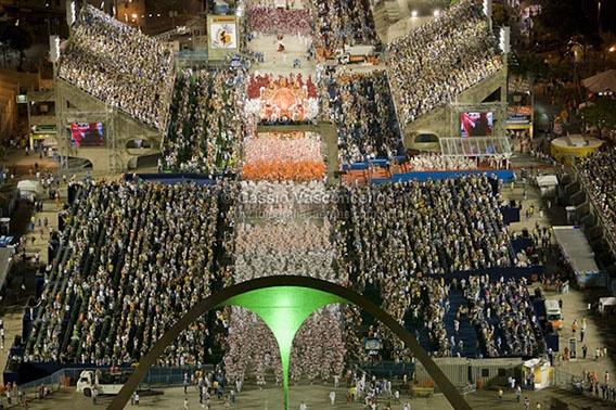 http://www.fotografiasaereas.com.br/blog/fotos-aereas-raras-do-sambodromo-no-carnaval-do-rio-de-janeiro/    Confiram estas vistas aéreas dos desfiles das escolas de samba Salgueiro, Imperatriz Leopoldinense e Grande Rio.