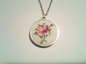 Cruz puntada collar color de rosa por CabbageStitches en Etsy