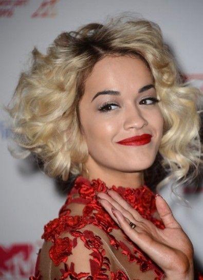 Rita Ora hairstyle.Ricci morbidi e volume per un taglio corto di tendenza per l'inverno 2014.