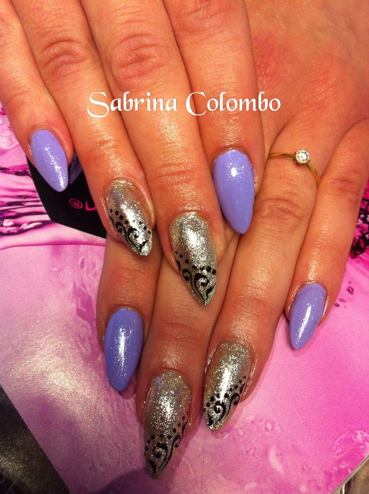 Unghie Mandorla (Almond nails) in gel viola e platino con nail art di riccioli neri in gel