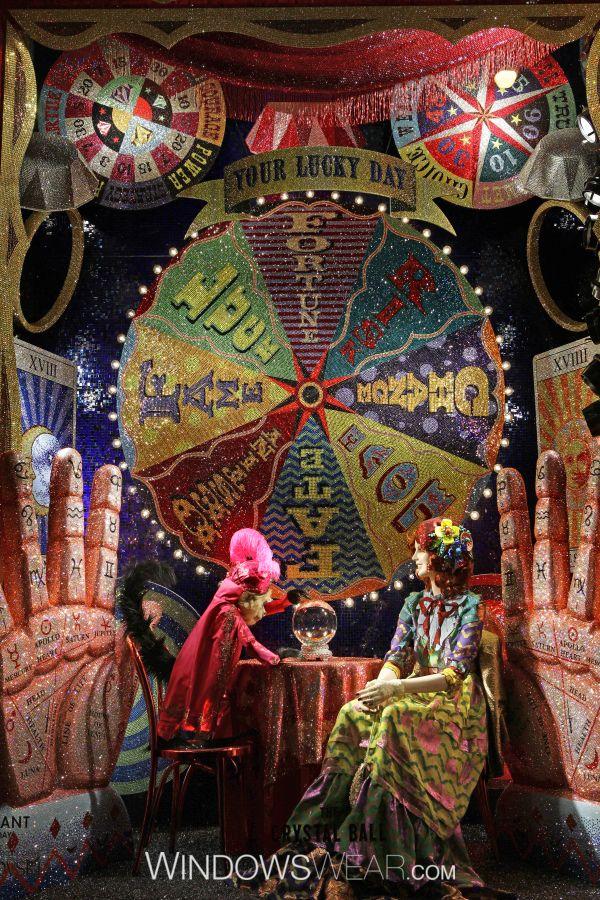 Festiva | Bergdorf Goodman  Nada ilumina mais as ruas de Nova Iorque nesta época festiva do que as vitrines brilhantes da Swarovski Crystal para a Bergdorf Goodman. Apresentando peças couture de quatro designers e mais de 7.5 milhões de cristaisSwarovski, esta instalação foi requintada.