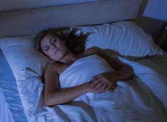 Malgré la fatigue physique, il arrive que notre cerveau continue de mouliner dans tous les sens. Entre l'anxiété, la peine et les contrariétés ressassées, impossible de lâcher prise. La sophrologue Anne Lebrun nous propose 4 exercices pour laisser venir le sommeil.