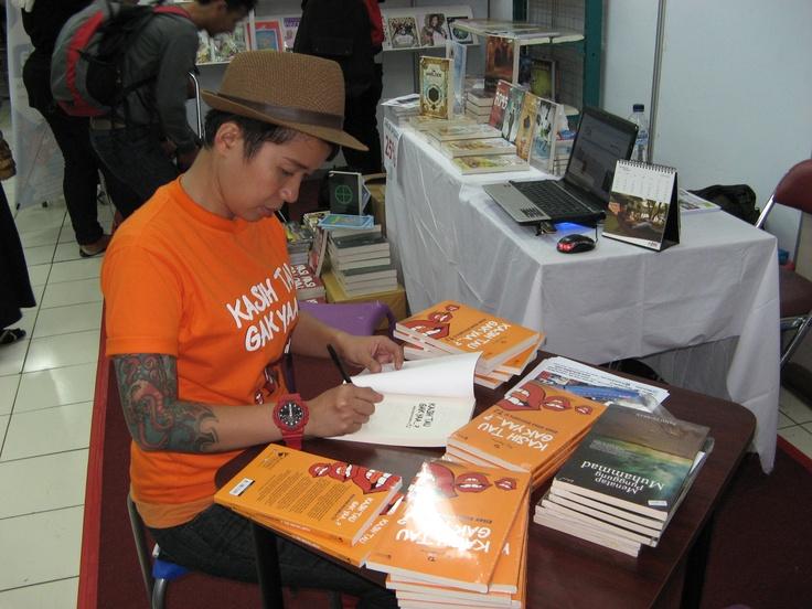 """TJ"" book signing di stand bukukita.com"