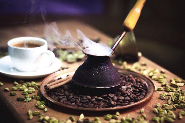 Секреты приготовления кофе в турке  Приготовление кофе в турке – это восточное таинство, которое скрывает в себе множество секретов. И если их постичь, вы получите истинное удовольствие от бодрящего напитка. Более того, сам процесс заваривания так увлекателен, что даже из-за него захочется попробовать это сделать.  Вот несколько простых секретов, которые нужно знать:  1. Заваривать кофе на холодной или горячей воде? Существует 2 способа: заваривание кофе на холодной воде на большом огне или…