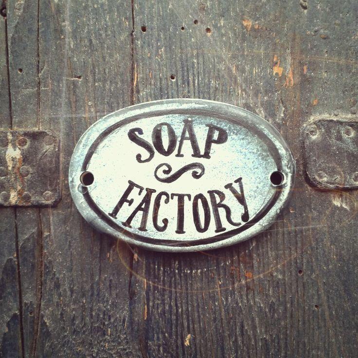 Keramická+jmenovka+na+dveře-+Soap+factory...+Máte+v+domě+či+v+bytě+mýdlového+malovýrobce?+:))))+Pak+už+stačí+jen+cedulka+na+dveře,+kde+se+zmíněná+alchymie+odehrává:)+Ručně+malováno,+délka+85+mm.