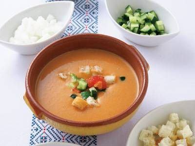 小西 由企夫さんの「本格ガスパチョ」のレシピページです。トマトなどの生野菜とパンをミキサーにかけた冷製スープは、のどごしがよく、栄養満点!できれば一晩ねかせると、味に深みと一体感が生まれます。 材料: トマト、きゅうり、たまねぎ、ピーマン、バゲット、にんにく、クミンシード、赤ワインビネガー、ピメントン、薬味、塩、オリーブ油