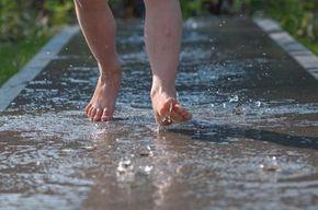 Heerlijk op blote voeten over een waterpad lopen. Niet alleen voor kinderen, ik zou het zelf ook meteen doen! Schoenen uit dus. | vtwonen