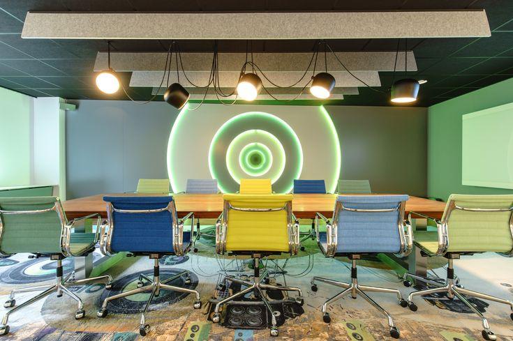 Boardroom Talpa Radio met speakerwand en vitra stoelen in de talpa kleuren.