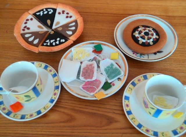 Čajové sáčky Čajové sáčky do dětské kuchyňky či obchůdku. Cena je za 1 kus Můžete si vybrat z následujících druhů čajů : zelený, heřmánkový, Lipton, jahodový ( šípkový), mátový, s příchutí pomeranče. Další druhy čajů vyrobím dle vašich přání. Rozměry: 5,5 x 3,5 cm. K čaji doporučuji voňavé koláčky nebo čerstvý výborný valašský frgál.
