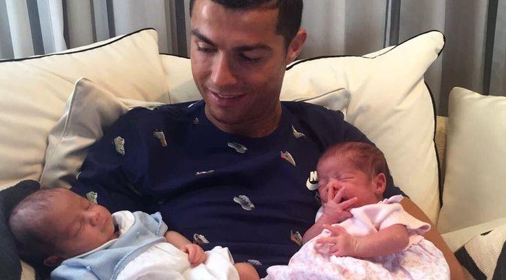 """Cristiano Ronaldo ikiz bebeklerini kucağına aldı  """"Cristiano Ronaldo ikiz bebeklerini kucağına aldı"""" http://fmedya.com/cristiano-ronaldo-ikiz-bebeklerini-kucagina-aldi-h45861.html"""