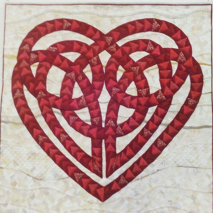 Amore, il filo rosso che unisce Opera d'arte Verona Tessile Rassegna di Patchwork Quilting e Arte Tessile .  #arte #art #arts #artlovers #textiledesign #textiles #tessile #quilts #quilting #design #colors #patchwork #mostra #exhibition #tessuti #clothes #cloth #textilart #embroidery #verona #italy #artwork #amore #love #red #rosso #heart #cuore #contemporary